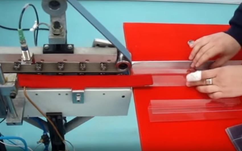 Нанесение клея для упаковки на станке