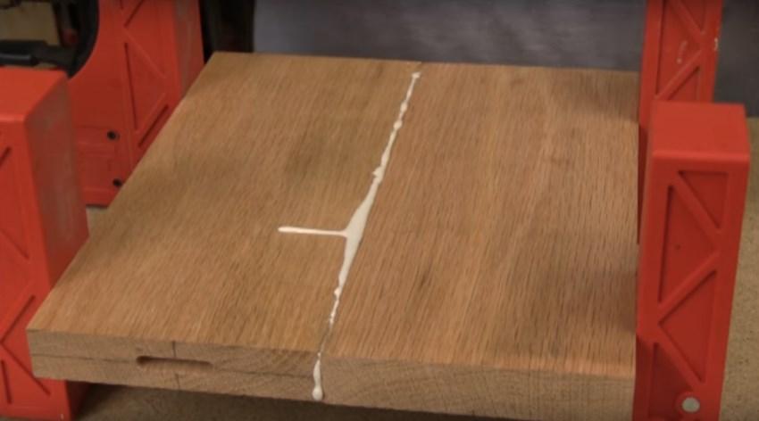 Сжатие прессом деталей из дерева после нанесения клея ПВА